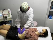 Fisioterapeuta atiende a una paciente en plena crisis del COVID 19