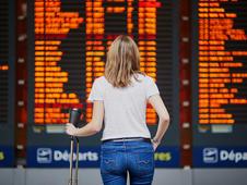 Mujer observa las pantallas de un aeropuerto